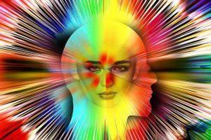 מה משמעות החיים, פני אישה מביטות ומסביב צבעים