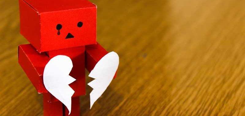 דחיה, דמות אדומה מקרטון מחזיקה לב חצוי
