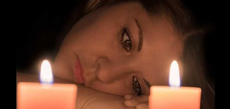 ביטול עצמי, פנים של אישה עצובות לצד נרות