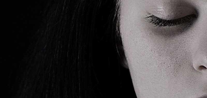 לא קיים, חצי פניי אישה שהעיניים עצומות