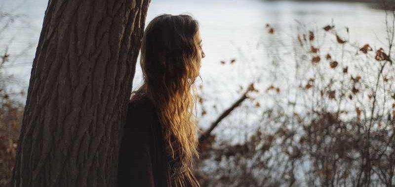 מה אני רוצה? אישה מתבוננת לעבר אגם