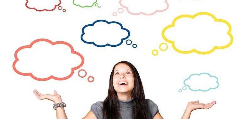התניה בתת מודע אישה מרימה ידיים לסמן שהיא לא יודעת ומסביבה סימני מחשבה ריקים