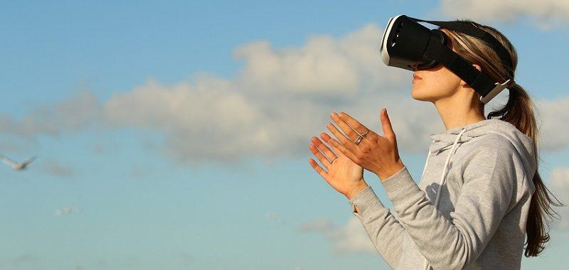 מציאות מדומה, אישה עם משקפי מציאות מדומה וברקע השמיים
