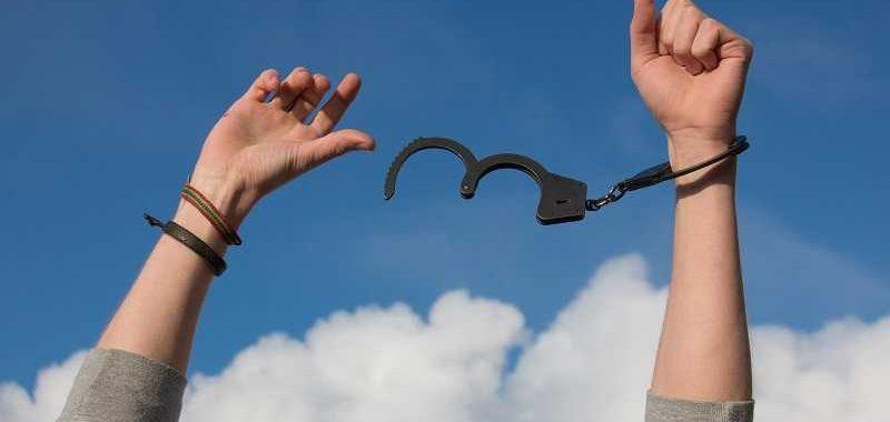 איך להשפיע על התת מודע, איך לשחרר חסימה רגשית, אזיקים פתוחים על הידיים