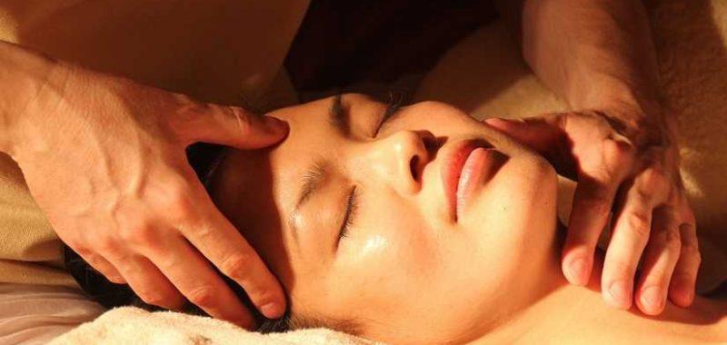 איך להרגיע לחץ נפשי, אישה שוכבת עם עיניים עצומות בזמן עיסוי